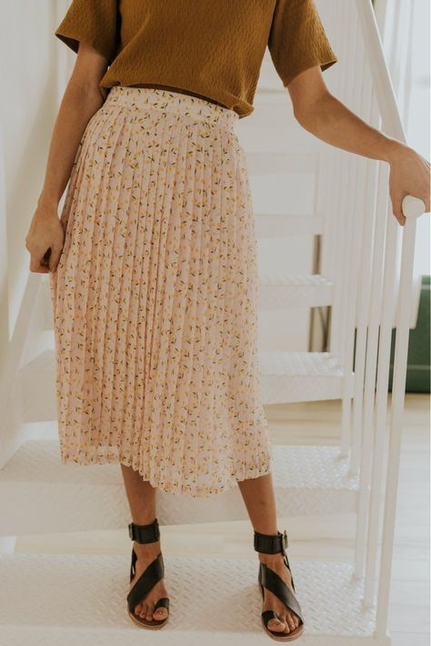 How to Style: Skirts for Spring Dressing for spring weather can be tricky, but utilizing the skirts in your closet will make your life a whole lot easier - and your outfits a lot more unique! Here are four of our favorite ways to style skirts this season. Skirt Outfits Modest, Modest Skirts, Dress Skirt, Casual Outfits, Work Outfits, Midi Skirts, Long Skirts, Fall Skirts, Skirts For Spring