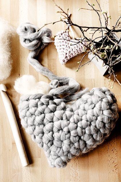 Lovely Chunky crochet heart pillow tutorial by lebeslustiger.com #crochet #heart #love