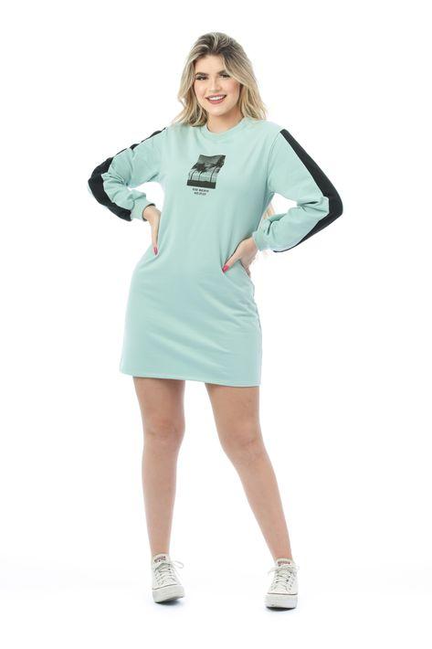 Vestido estilo blusão em tecido de moletinho, com toque suave e super confortável. O modelo possui mangas longas, modelagem soltinha, faixas contrastantes nas laterais na cor preta e estampa em silk no busto. #vestido #verde #atemporal #comousar #trend #tendencia2021 #riukiuoficial #moda2021 #dicasdelooks #vestidocomtenis #lookcomtenis #vestidomoletinho #moletinho #vestidomangalonga #preto