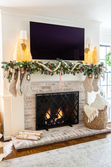 35 Popular Fireplace Mantel Decor Best For This Winter - Most people only think about fireplace mantel decor during the winter holidays, when they're likely to pull out all the stops to make it gorgeous. Christmas Mantels, Christmas Home, Merry Christmas, Fireplace Mantel Christmas Decorations, Mantel Ideas, Modern Christmas, White Christmas, Farmhouse Christmas Decor, Holiday Decor