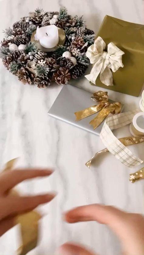 Was gibt es Schöneres, als zu besonderen Anlässen ein persönliches, kreatives und selbst gemachtes Präsent zu verschenken? So gelingt eine wunderschöne Geschenkschleife auf jeden Fall. Jetzt nachmachen - auch beim Thema Geschenke Verpacken stehen wir Ihnen mit zahlreichen Tipps und Tricks zur Seite! Für mehr Tricks hier klicken! /Westwing Interior Tipps Tricks Geschenke Weihnachten easy Hack nachmachen basteln verpacken Trend Schleife gold