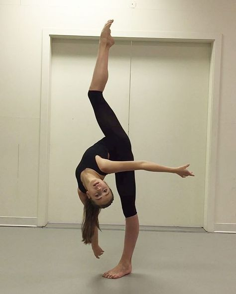 Geez, she's SO talented! Danse Twerk, Dance Flexibility Stretches, Dancer Stretches, Stretching, Dance Photography Poses, Gymnastics Poses, Rhythmic Gymnastics, Dance Tips, Dance Choreography