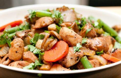 Hähnchen mit Karotten, grünen Bohnen und Champignons