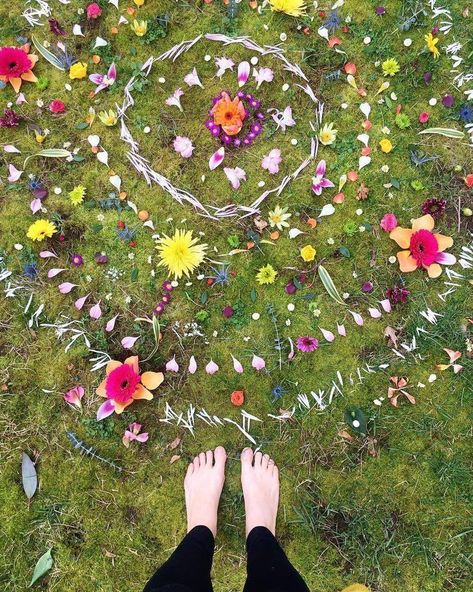 Bring Your Own Bouquet: A Fun And Feminine Mandala-Making Ritual#bouquet #bring ...#bouquet #bring #feminine #fun #mandalamaking #ritualbouquet