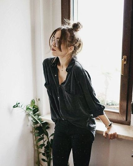 A loose black silk blouse ups the ante on casual day or casual office attire with black leggings or skinny denim, and low heel ankle strap pumps with a top knot. Messy is out when it comes to an updo, just add well-trimmed bangs to it, and look sleek yet Street Style Edgy, Street Style Looks, Looks Style, Street Styles, Fashion Mode, Look Fashion, Street Fashion, Edgy Fashion Style, All Black Fashion