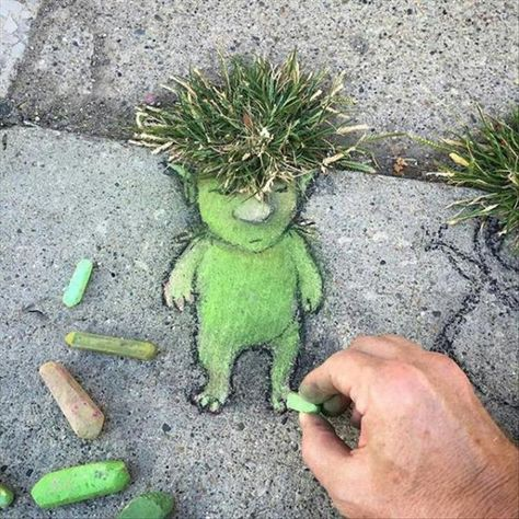 Street art by David Zinn. I need to do this instead of fighting with my weeds. Street art by David Zinn. I need to do this instead of fighting with my weeds. David Zinn, Land Art, Amazing Street Art, Amazing Art, Art For Kids, Crafts For Kids, Art Et Nature, Urban Nature, Sidewalk Chalk Art