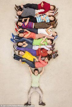 Um menino mostra força sobre-humana, como ele levanta-se 11 dos seus amigos (l), enquanto ...
