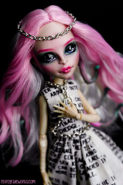 This listing is for a Monster High custom repainted Viperine Gorgon doll. Shes part of my Halloween series of customs, her theme is the Spirit