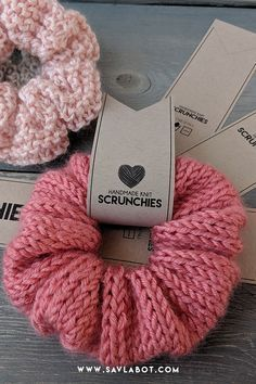 Printable tags for handmade scrunchies. Knit, Crochet or Sewn, no matter what kind you are making, t Easy Knitting Projects, Crochet Projects, Sewing Projects, Diy Projects, Diy Hair Scrunchies, How To Make Scrunchies, Knitting Patterns, Crochet Patterns, Accesorios Casual