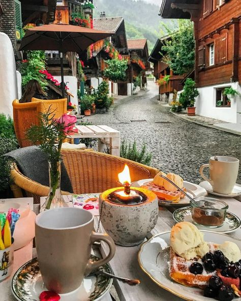 Nadire Atas on Lunch On Vacation This cozy place near Lake Brienz,Switzerland Places To Travel, Travel Destinations, Places To Go, Holiday Destinations, Grindelwald Switzerland, Hotel In Den Bergen, Tumblr Travel, Cozy Place, Travel Photos