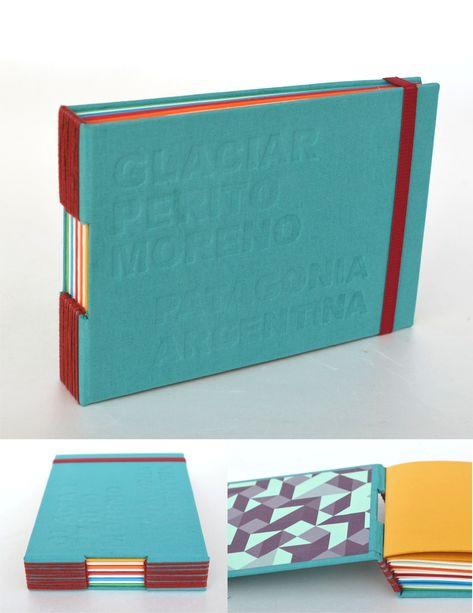 Cuadernos con bajorrelieve en tapa y cubierta de tela – Encuadernación puntada de ojal – 90 hojas ahuesadas y de colores  – Tamaños: A5 (21 x 15cm) y A6 (15 x 10cm) – Elástico