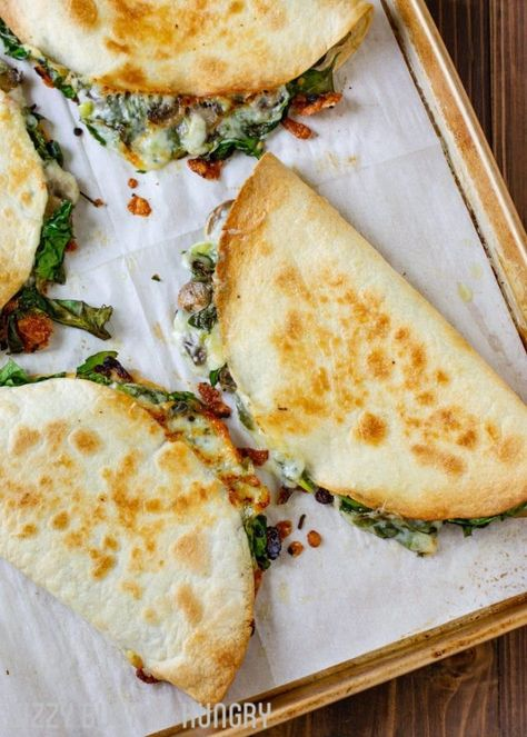 Baked Spinach Mushroom Quesadillas - My Favorite Quesadilla Recipe These Are Crispy, Delicious, And Chock Full Of Nutrition. What's more, Baking These Quesadillas Allows You To Make Many At Once, So You Can Feed Your Hungry Family Quickly And Easily Good Healthy Recipes, Vegan Recipes, Cooking Recipes, Vegan Meals, Vegetarian Dinners, Cooking Bacon, Simple Healthy Snacks, Simple Vegetarian Recipes, Cooking Tips