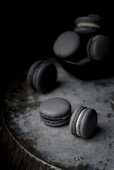 Macaron noir au charbon végétal | #blackaesthetic #allthingsblack #blackcolor #blackphotography