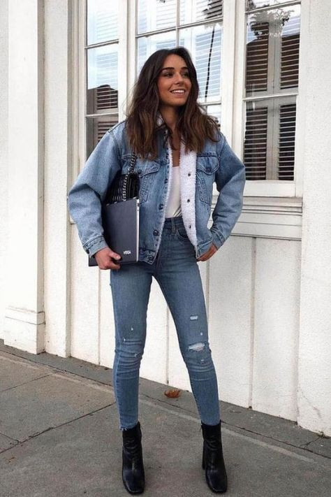 Awesome Outfit Ideas To Wear This Winter weißes Top, blaue Jeansjacke und Jean