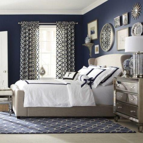 Pareti blu - Idee per decorare la camera da letto con specchi e quadri sulla parete blu a contrasto.