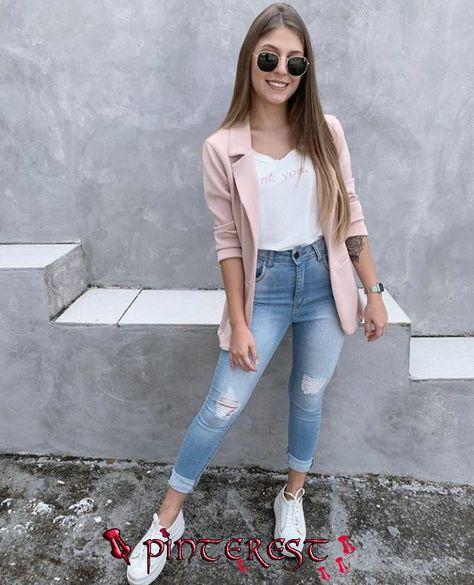 Look calça jeans skinny, blusa branca, blazer alongado rosa claro e tênis branco. Look