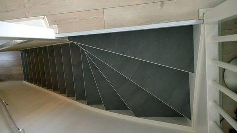Houten vloer beneden en laminaat boven dan is een betonlook pvc