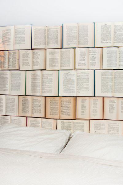 Une Idee De La Blogueuse Kassandra Utzinger Du Blog Design Every Day Www Designeverydayblog Com Vieux Livres Recycler Tete De Lit Pas Cher