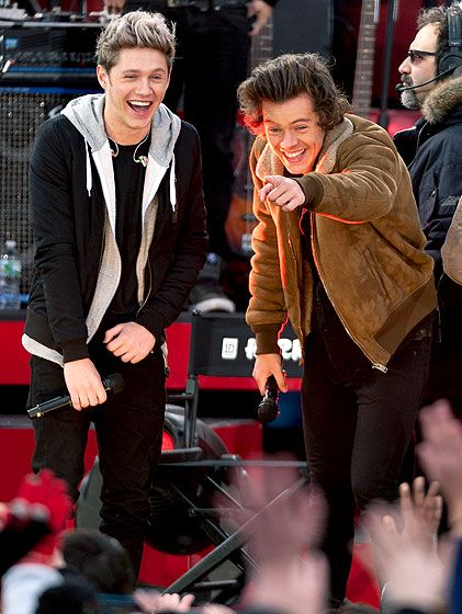 Niall Horan and Harry Styles of One Direction performed on Good Morning America in New York City on Nov. Check out this and other Niall Horan, Harry Styles pictures at Us Weekly. Liam Payne, Four One Direction, One Direction Pictures, Direction Quotes, Rebecca Ferguson, Niall Et Harry, Harry 1d, Ben Affleck, Ryan Gosling