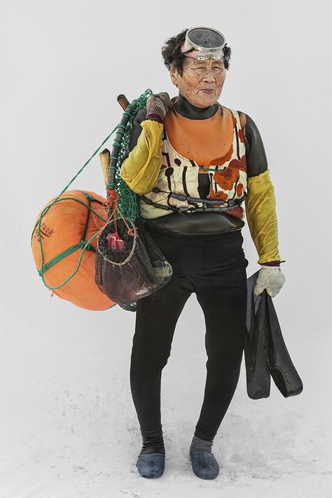 """The photographer, Hyung S. Kim who was inspired by the historical and geographical uniqueness of """"Haenyeo"""" known as a female diver for living, has been in Jeju Island since 2012 capturing photos of Haenyeo's everyday life. L'art Du Portrait, Portraits, Jeju, Festival Photo, Deep Sea Diver, Life Aquatic, Korean Art, Expositions, Underwater World"""