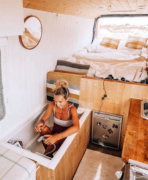 Casas Trailer, Kombi Home, Bus Living, Tiny Living, Custom Vans, Camper Van Conversion Diy, Sprinter Van Conversion, Van Conversion How To, Van Conversion Bathroom