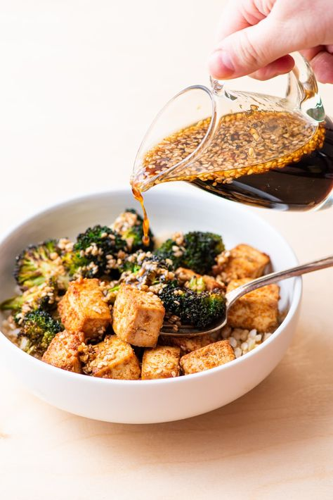 Need a healthy homemade dressing recipe? Make this Asian-inspired Sesame-Ginger Vinaigrette! It's great on salads, noodles, and grain bowls, and doubles as a stir-fry sauce. thenewbaguette.com #saucerecipes #homemadedressing #asiandressing #gingerdressing