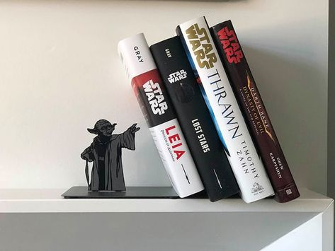 A MUST HAVE for Star Wars Fans? on Laughing Squid site: Hallmark is featuring a metal Star Wars Yoda bookend that makes it appear as if the legendary Jedi Master is holding up your collection of books with his force powers. Star Wars Decor, Decoration Star Wars, Star Wars Art, Star Wars Love, Star Wars Christmas Decorations, Star Wars Jedi, Star Wars Zimmer, Darth Bane, Cuadros Star Wars