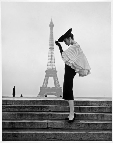 Walde Huth, Paris model Patricia presents fashion by Jacques Fath (Cool Girl Pictures) Source Jacques Fath, Vintage Paris, Vintage Glamour, Vintage Dior, Vintage Stil, Vintage Vogue, Vintage Travel, Tour Eiffel, Paris Fashion