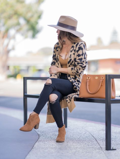 Casual Fall Outfit: Cheetah Cardigan, Petite Friendly Jeans + Ankle Booties - Stylish Petite I'm so ready for fall. This outfit is everything! I'm obsessed with these black jeans and ankle booties. Casual Fall Outfits, Fall Winter Outfits, Autumn Winter Fashion, Winter Clothes, Fall Fashion Outfits, Women Fall Outfits, Fall Outfit Ideas, Black Jeans Outfit Casual, Hat Outfits