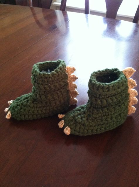 Dinosaur gift, baby boy booties, dinosaur shoes – Jungalow® by Justina Blakeney Dinosaur gift, baby boy booties, dinosaur shoes Toddler dinosaur slippers. Crochet Shoes, Crochet Slippers, Cute Crochet, Crochet For Kids, Crochet Crafts, Crochet Clothes, Crochet Projects, Booties Crochet, Dinosaur Shoes