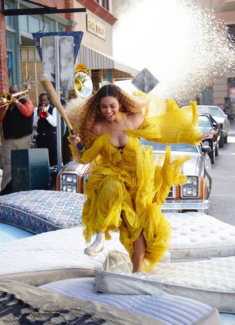 In honor of National Lemonade Day on August Beyonce released new 'Lemonade' merch — see the best pieces here The Witcher 2, Beyonce Lemonade Visual Album, Celebrity Couples, Celebrity News, Musica Lady Gaga, Miss Americana, Beyonce Pictures, Beyonce And Jay Z, Beyonce Crazy