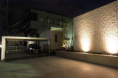 外壁の凹凸を強調する照明計画 照明 モダン 住宅