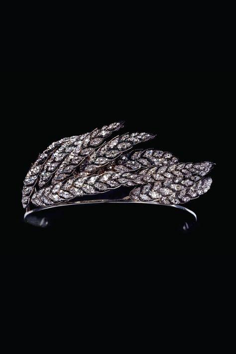 Ci-contre, diadème asymétrique au motif d'épis de blé balayés par le vent, dans le goût de l'impératrice Joséphine, or, argent et diamants, attribué à Nitot, circa 1810, Collection Chaumet Paris.