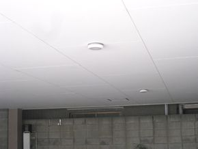 車庫の照明器具を平らにする事で 車をスムーズに車庫入れ出来るように