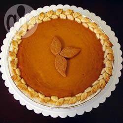 Amerikanischer Kürbiskuchen (Pumpkin Pie) - Ein amerikanischer Klassiker aus frischem Kürbis mit einem wunderbaren Aroma. In den USA wird es traditionell wird er zu Thanksgiving gegessen, aber er schmeckt auch sonst im Herbst und eignet sich auch gut als weihnachtlicher Nachtisch. Servieren Sie diesen Kürbiskuchen mit Schlagsahne.@ de.allrecipes.com