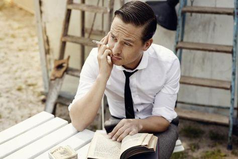"""Blick in die Ferne: Mit einer Zigarette in der Hand denkt Schauspieler Tom Schilling über """"Goethes Werke"""" nach"""