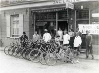 1936 Reclamefoto ter promotie van de tandemverhuur Rijwielhandel Jac. Ligtvoet-Philippe : De tandems staan uitgestald voor de winkel. Tweede van links op de foto, Jac. Ligtvoet, in de deuropening zijn echtgenote Maria Ligtvoet-Philippe. In de witte jassen de gebroeders Bernards van de verderop gelegen slagerij. Aalsterweg, Eindhoven