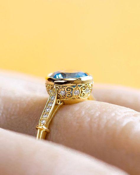 #sundayfunday 👑 💍 Do you wear low profile or big and chunky rings? . . . #lowprofile #recycledgold #ethicaldiamonds #vintagebride #vintageengagementring #montanasapphire #hudsonvalleyweddingphotographer #artdeco #showmeyourrings #righthandring #ooakjewelry #dreaming