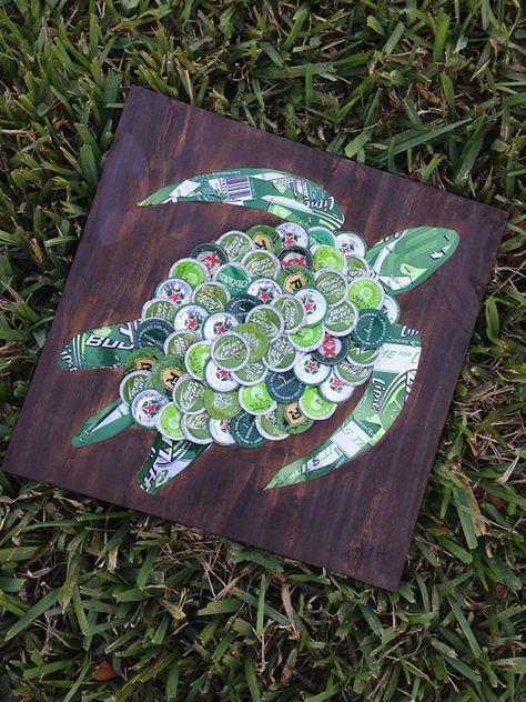 Cette pièce a vendu mais je peux faire un autre juste pour vous !  Cette tortue verte est faite de bouchons de bière près dune centaine montés sur un