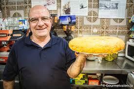 Benito con la famosa tortilla de patatas de la Ceveceria Alhambra | Comida, Tortas, Alimentos