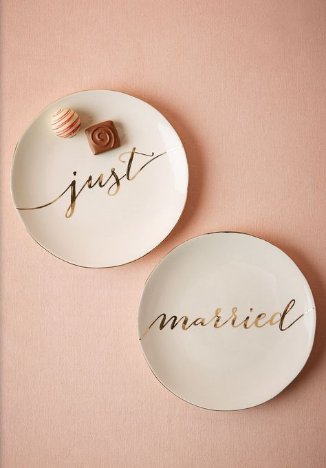 'just married' dessert plates  http://rstyle.me/n/vsvb6pdpe