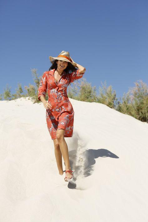"""Das luftig leichte Sommerkleid """"Blanka"""" sorgt mit seiner farbenfrohen Optik für gute Laune. Aus reinem Leinen gefertigt ist das Kleid von UVR Connected gerade im Sommer besonders angenehm. Die hochgekrempelten Ärmel und die Knopfleiste vorne verleihen dem Sommerkleid seine relaxte Optik. Es ist knielang geschnitten und zeichnet sich durch seinen wunderbaren Tragekomfort aus. Das rote Kleid hat einen V-Ausschnitt und einen klassischen Kragen…"""