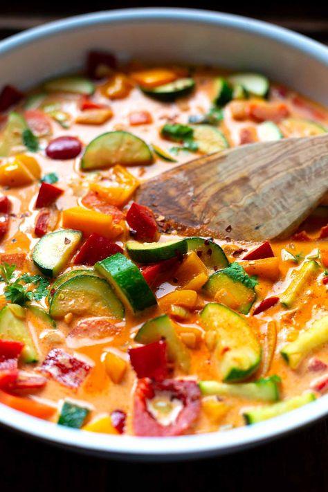 Einfaches Thai-Gemüse-Curry mit Kokosmilch ist das perfekte Feierabendrezept: Nur 9 Zutaten und in 30 Minuten auf dem Tisch! - Kochkarussell Foodblog #thaicurry #gemüse #rezept #schnellundeinfach