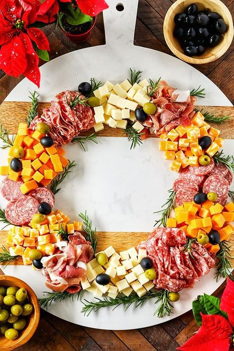 This fun and festive charcuterie board is perfect for the holidays! Christmas Wreath Charcuterie Board - this easy and festive charcuterie board is perfect for the holidays! Christmas Snacks, Xmas Food, Christmas Brunch, Christmas Cooking, Christmas Christmas, Christmas Wreaths, Christmas Crafts, Christmas Parties, Christmas Dinner Food Ideas