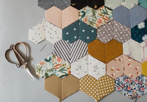 I've recently started doing more hand work, and I'm really loving the proces… – Bestes Bild Club – knitting blanket patchwork Fabric Crafts, Sewing Crafts, Hand Sewing Projects, Ideias Diy, Mini Quilts, Paper Pieced Quilts, English Paper Piecing, Hand Quilting, Quilting Projects