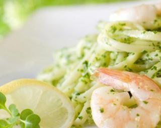 Linguines aux crevettes et au pesto de basilic : http://www.fourchette-et-bikini.fr/recettes/recettes-minceur/linguines-aux-crevettes-et-au-pesto-de-basilic.html