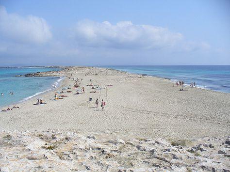 Una flecha de arena (Ses Illetes)  Es una extensa línea de arena en medio de un mar turquesa. Según como sople el viento, las olas acechan de un lado de la costa, mientras que del otro es probable que se parezca a una piscina. Ses Illetes es una de las playas más famosa de las Baleares, en la isla de Formentera.
