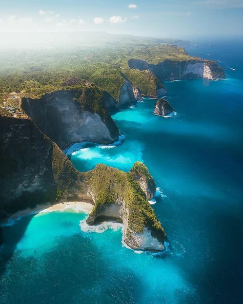 Check out this breathtaking shot we found on @paradise, which shows the shoreline of Nusa Penida, an island located off the southeastern coast of Bali, Indonesia. Nusa Penida, along with the neighboring Lembongan and Ceningan islands, serves as an unofficial bird sanctuary for numbers of endangered Balinese and Indonesian bird species, most notably the Bali Starlin. /// Source imagery: @karl_shakur