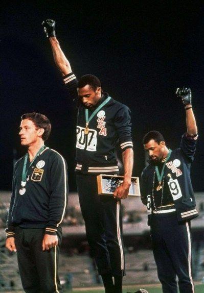 1968年のメキシコ五輪の表彰台で黒人選手が 人種差別に抗議を示す行動 ...