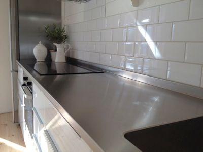 Rostfri diskbänk i ett IKEA Metod kök \/ Stainless steel - bespoken - k che arbeitsplatte glas